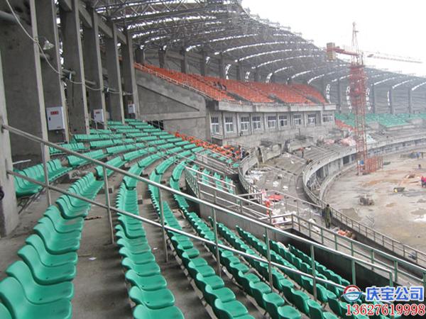 公司承建的塑胶体育场地,看台椅和学校食堂餐桌椅工程(图5)